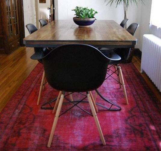 Eettafel met eames stoelen